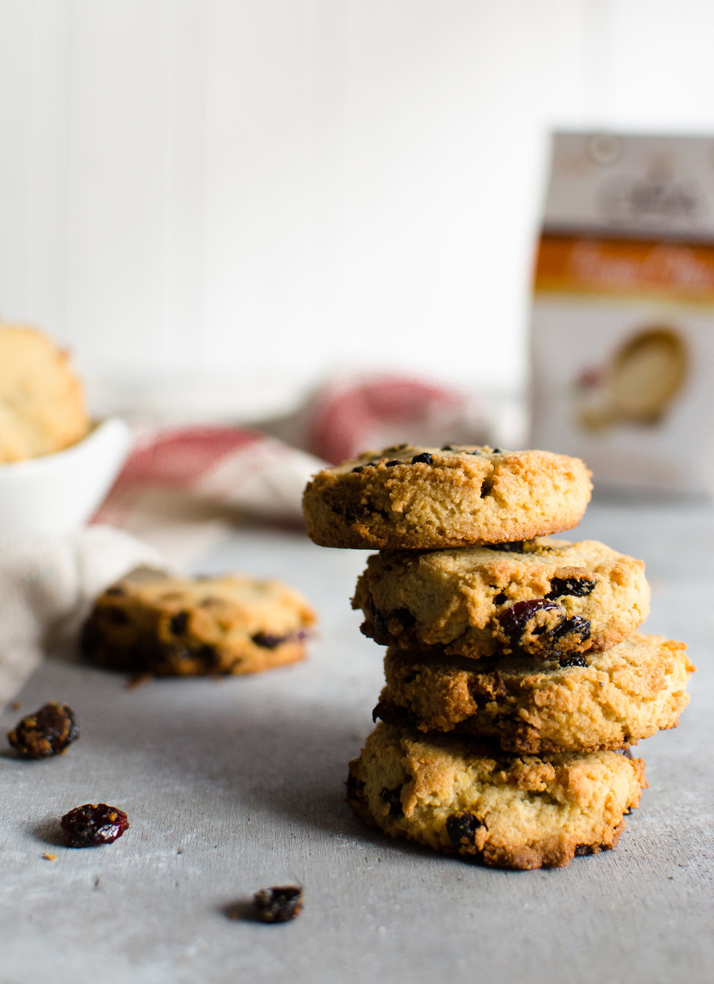 Fonio cookies with almonds and berries